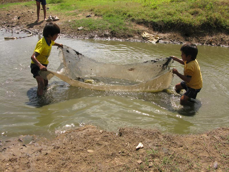 Bolivia boys with net in water
