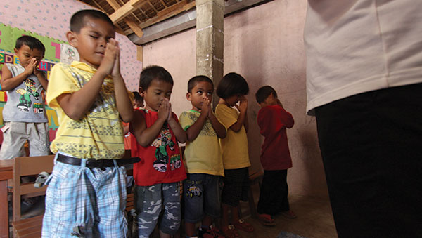 Philippines children praying