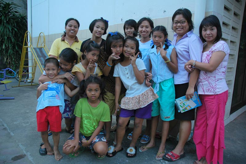Thailand children giving peace signs